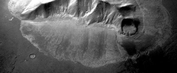 De vastes glaciers enterrés sur Mars à des latitudes plus basses Glacier